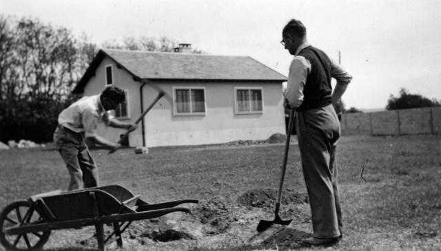 Beckett y su hermano en Ussy, 1954.