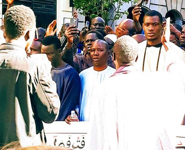 Desfilaban en ese momento por delante del antiguo Pombo inmigrantes africanos, con pancartas en árabe, sin gritos ni consignas, pero emitiendo una especie de dura música propia (foto de Vila-Matas en calle Carretas, abril 2019)