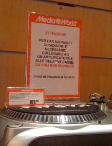 Cartello MediaWorld sui giradischi che non suonano da soli