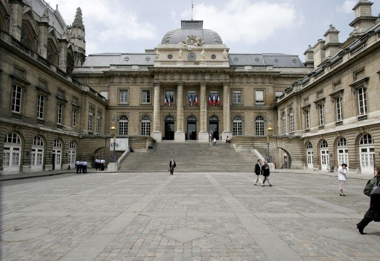 1200px-Palais-de-justice-paris