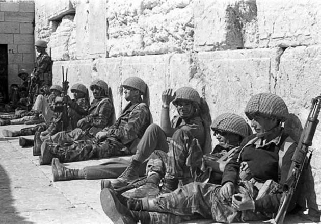 Israeli-Soldiers-Wall-1967