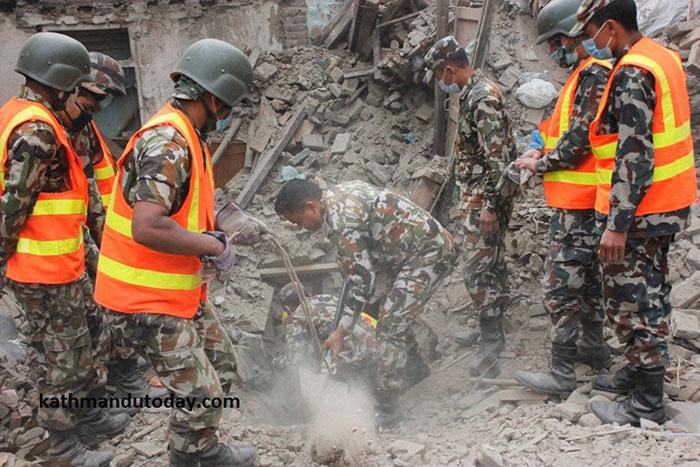 bebe-4-meses-rescatado-terremoto-nepal (1)