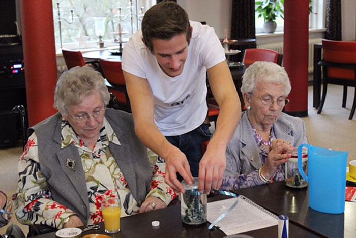 estudiantes-hogar-de-ancianos-deventer-humanitas (2)