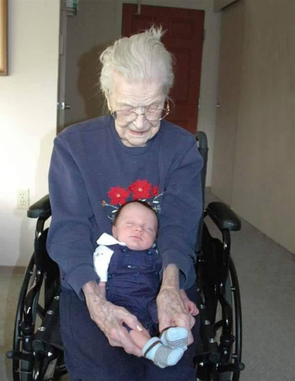 recien-nacida-nina-conoce-su-bisabuela-de-101-anos-rosa-camfield (7)