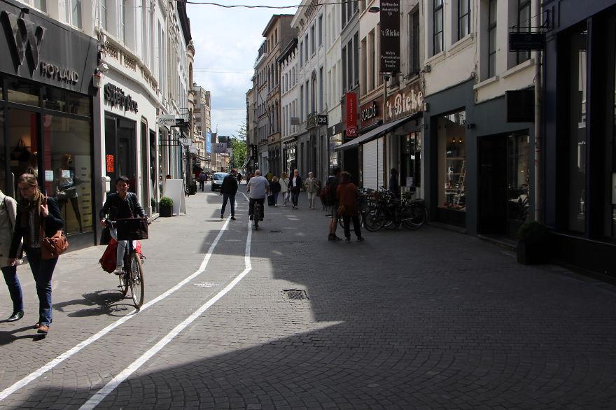 carriles-viandantes-usando-movil-belgica (1)