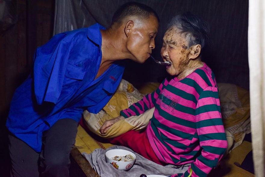 chen-xinyin-sin-brazos-madre-enferma-granja-china (1)