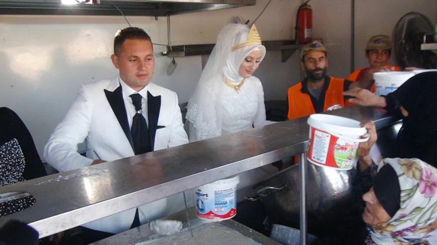 pareja-turca-boda-alimentar-refugiados-sirios (1)
