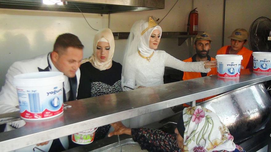 pareja-turca-boda-alimentar-refugiados-sirios (2)