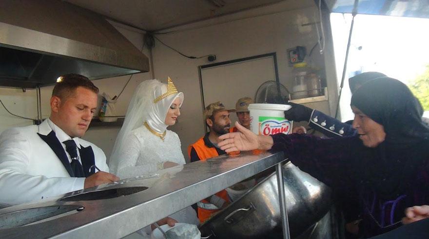 pareja-turca-boda-alimentar-refugiados-sirios (3)