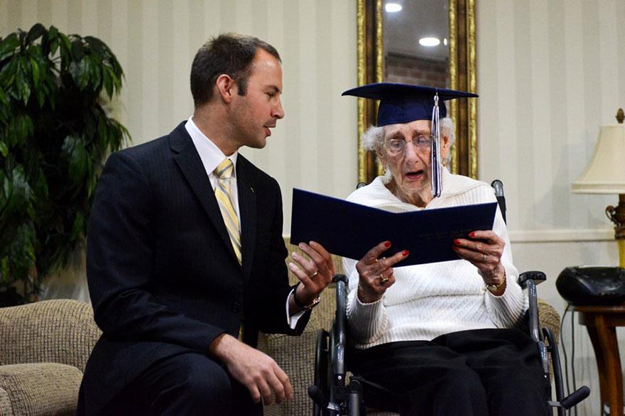 anciana-diploma-honorario-instituto-margaret-bekema (1)