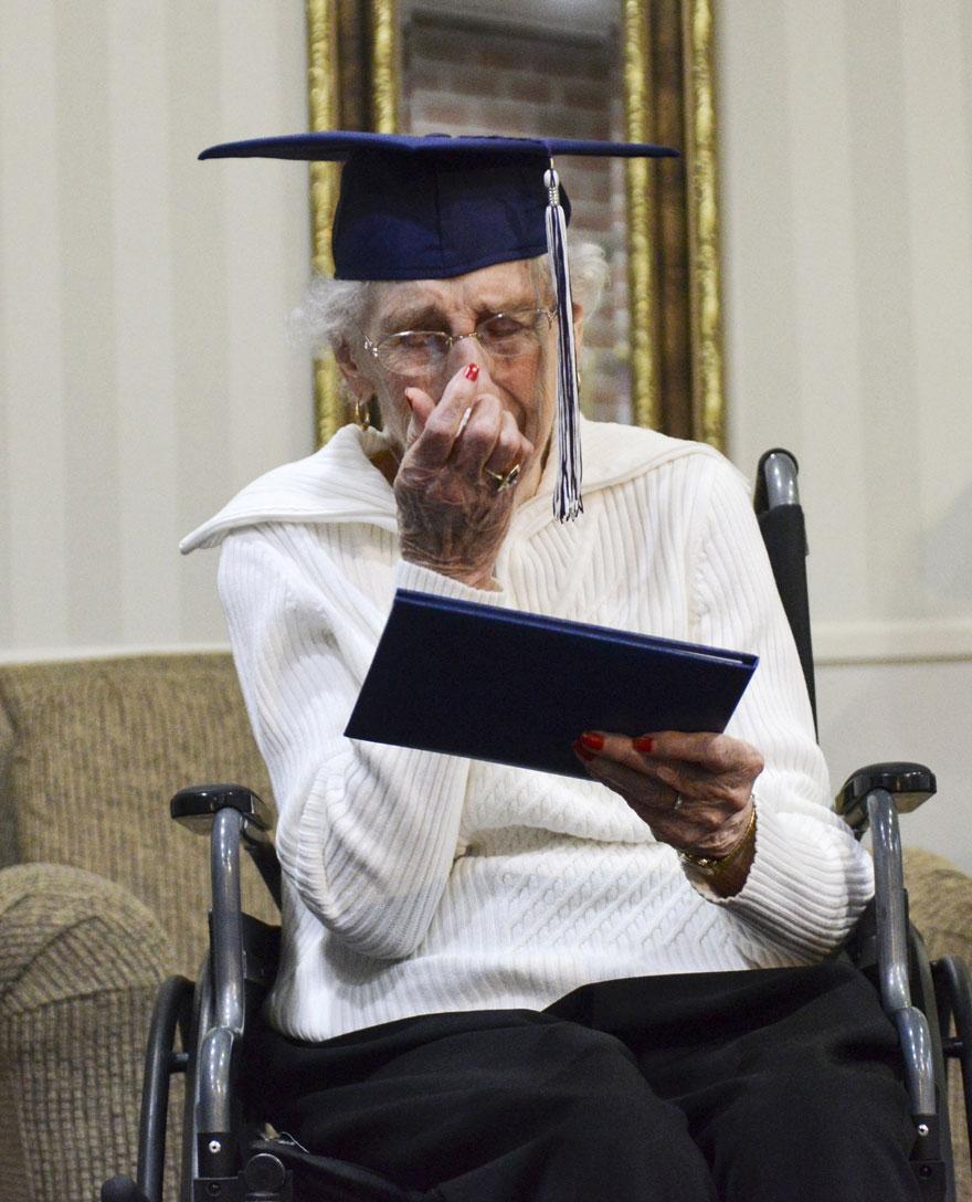 anciana-diploma-honorario-instituto-margaret-bekema (6)