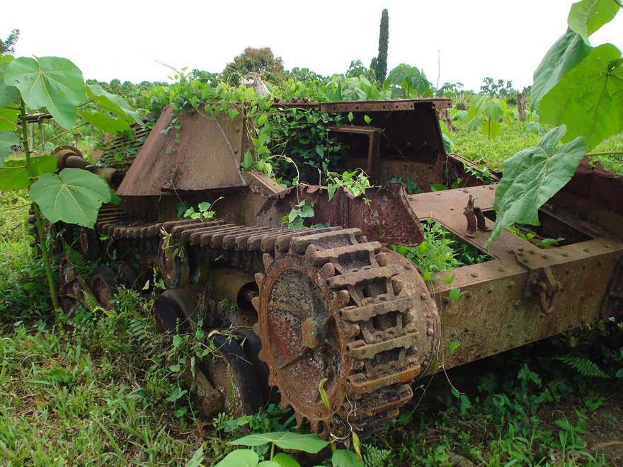 tanques-devorados-naturaleza (4)