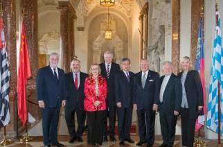Ministro-Presidente da Baviera Horst Seehofer (4º da esquerda) e a Ministra de Estado da Baviera Dra. Beate Merk (à direita) com os representantes das seis regiões parceiras da Baviera: o Primeiro-Ministro de Québec (Canadá) Philippe Couillard, o Vice-Governador do Estado de São Paulo (Brasil) Márcio França, a Primeira-Ministra da Província de Cabo Ocidental (África do Sul) Helen Zille, o Governador da Província de Shandong (China) Dr. Guo Shuqing, o Governador do Estado da Georgia (EUA) Nathan Deal e o Governador da Alta Áustria Dr. Josef Pühringer (da esquerda para a direita).