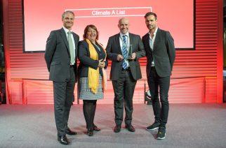 Dr. Alexey Kuzmenkin (2.v.r.), im Bayer-Konzern zuständig für die Klimaberichterstattung, nahm die Auszeichnung des CDP entgegen. Links: CDP-Direktoren Susan Dreyer und Steven Tebbe; rechts: Sven Hannawald, Skisprungstar und CDP-Botschafter  ------------------------------------------- Dr. Alexey Kuzmenkin (second from right), responsible in the Bayer Group for climate reporting, accepted the CDP award. Left: CDP directors Susan Dreyer and Steven Tebbe; right: Sven Hannawald, ski jumping star and CDP ambassador