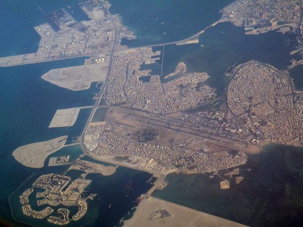 Bahrain mit dem Flughafen in Manama von oben.