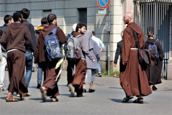 Frati attraversano Viale Brianza - Foto di ELizabeth Gaeta