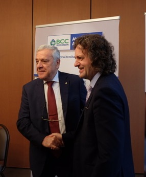 Stretta di mano tra i due Presidenti delle BCC brianzole a sancire un ambizioso progetto di fusione