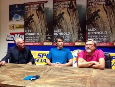 Alex Honnold tra Giuseppe Zamboni, respomsabile marketing di DF Sport Specialist e il traduttore Luca Calvi