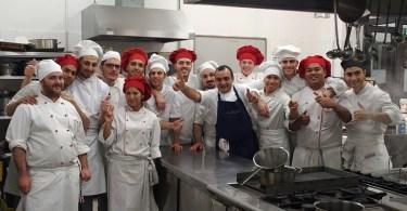 I giovani aspiranti chef di Olivettando con il docente di cucina Vincenzo Buttice, noto chef del ristorante Il Moro di Monza