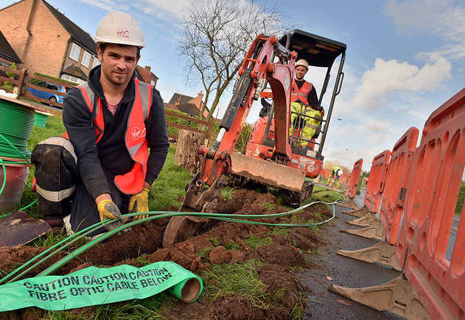 8.12.15 - Enderby. Installers from Virgin Media installing the latest fibre optic technology cables in Enderby as the company unveils six Leicestershire villages are next-in-line to receive ultrafast broadband as part of Project Lightning. Photo: Professional Images/@ProfImages