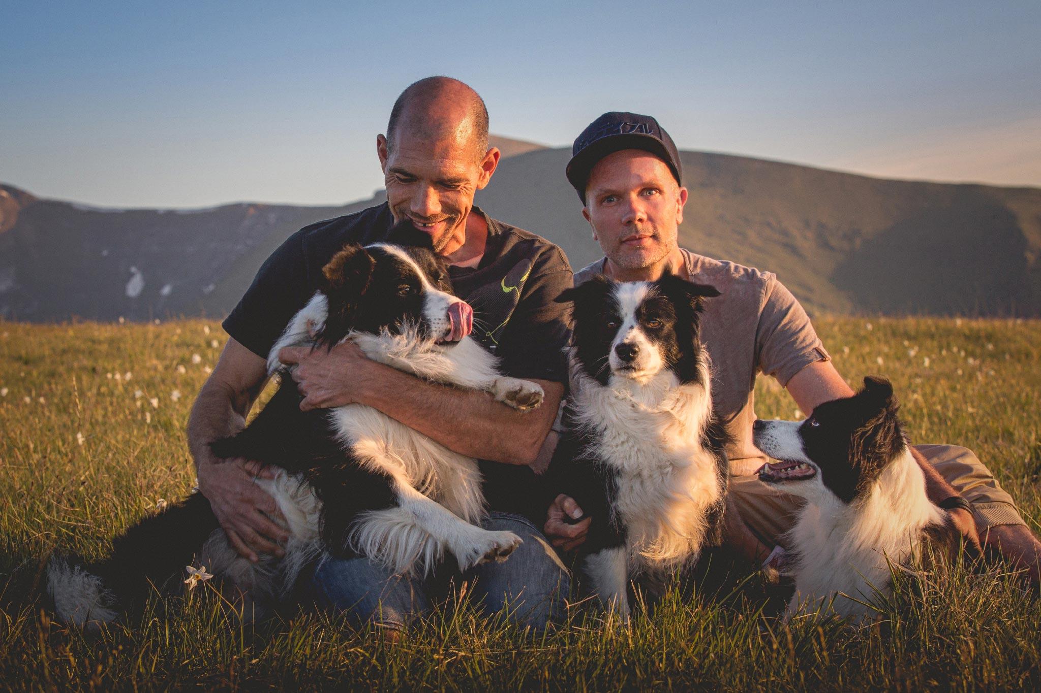 Wir – Johannes und Dirk – im Italienurlaub mit unseren drei Border Collies.