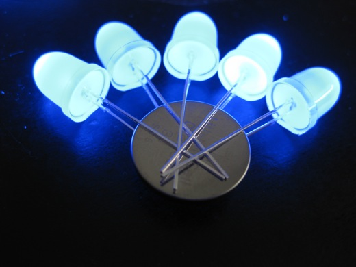 5 LEDs powered from 1 CR2032 battery