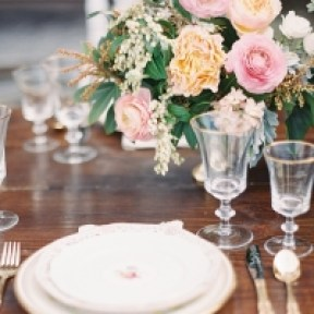 Sommerbryllup-vårbryllup-pasteller-brudekjole-brudepiker-bryllupsbord