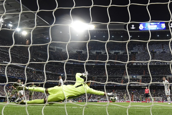 Real Madrid's Costa Rican goalkeeper Keylor Navas stops a ball during the UEFA Champions League football match Real Madrid CF vs Legia  Legia Warszawa at the Santiago Bernabeu stadium in Madrid on October 18, 2016. / AFP / JAVIER SORIANO        (Photo credit should read JAVIER SORIANO/AFP/Getty Images)