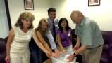 Избирателната комисия в Генералното консулство в Лос Анжелес отваря урната с бюлетините след края на 15-часовия работен ден. Фото: Евгени Веселинов, BulgariCA.com