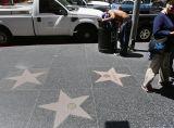 """Празни звезди, и хора ровещи в пълни кофи с боклук на """"Алеята на Славата"""" в Холивуд в световната столица на ентъртеймънта Лос Анжелес"""