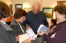 Brosio firma copie del suo libro (dal sito paolobrosio.com)