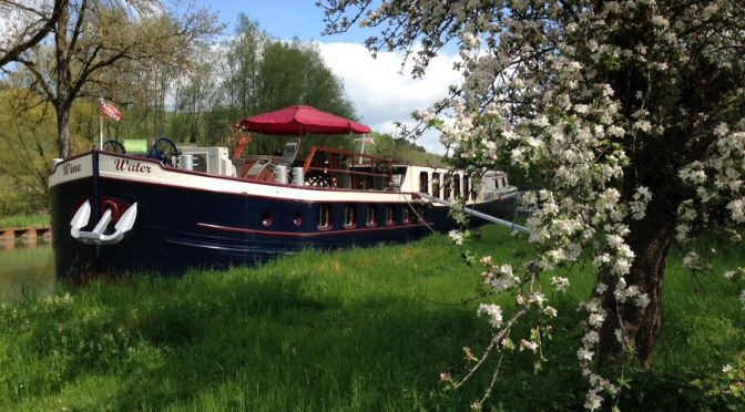wine-water-hotel-barge