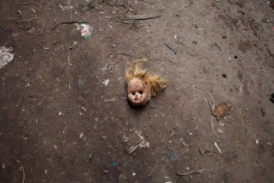 A doll's head in the streets of Moquattam. The children of the community waits at home with their mothers to sort the collected waste.
