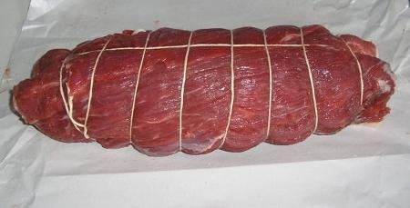 Enrollar y atar la carne