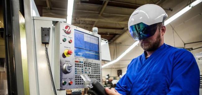 Praxistauglich: Der Daqri Smart Helmet unterstützt Instandhaltungsarbeiten in der Industrie mit Augmented Reality