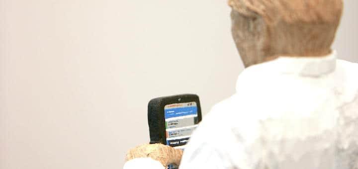 Detailliert: Das Display des kleinen Holz-Handys ist ziemlich nah am Original der Keylogic-App gestaltet