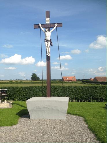 Petit calvaire dans le cimetière apparenté d'avantage à une croix.