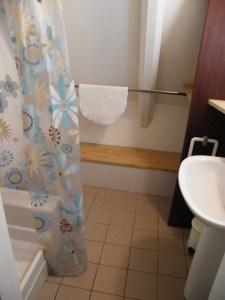 Salle d'eau,avec douche, étagère et lavabo