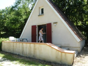 Chalet vu de l'extérieur, avec sa terrasse et son emplacement de 280 m².