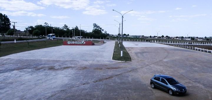 Prefeitura conclui calçamento em frente ao ginásio de esportes