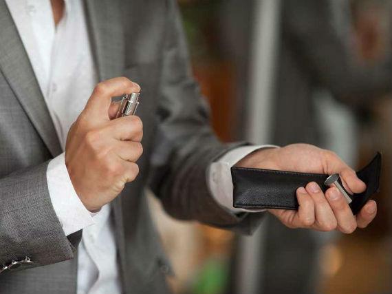 homem-aplicando-perfume-pulso