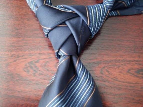 ellie-nos-gravata-video
