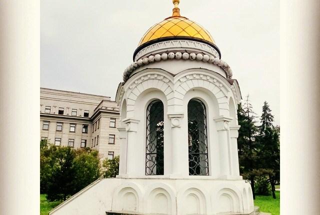 Şapel, Irkutsk oblastı yönetim binası önünde bulunmakta.