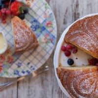 Torta allo yogurt con crema inglese e frutti di bosco