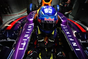 phoca_thumb_l_2013-2-19-news_vettel at pits