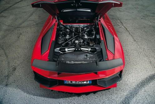 Lamborghini Aventador: @ 8.400 giri/min, 690 Nm @ 5.500 giri/min Prestazioni 0-100 km/h in 2,8sec, >350 km/h Peso 1.525kg Lunghezza/larghezza/altezza 4.835/2.030/1.136mm