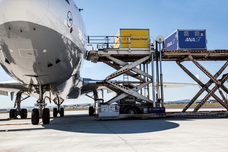 JV_LH_Cargo_ANA_Verladung_Container