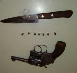 revolver e faca apreendidos