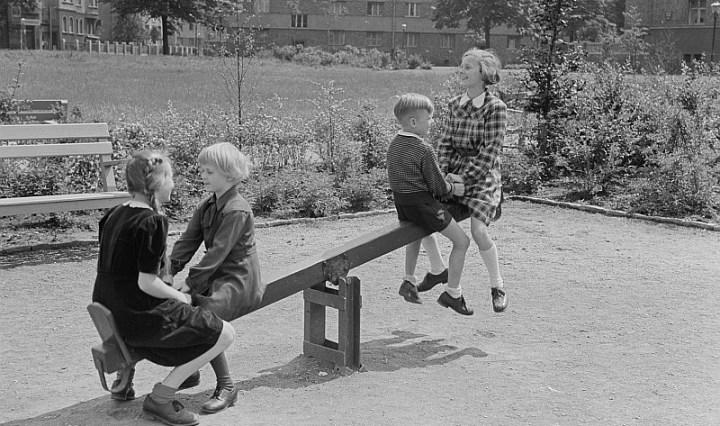 (Lipsia 1952) Altalenare: oscillare su un'altalena / Barcamenarsi tra idee opposte