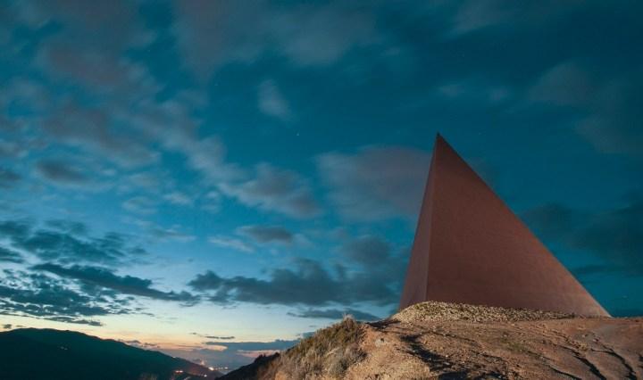 Piramide - 38esimo parallelo, di Mauro Staccioli